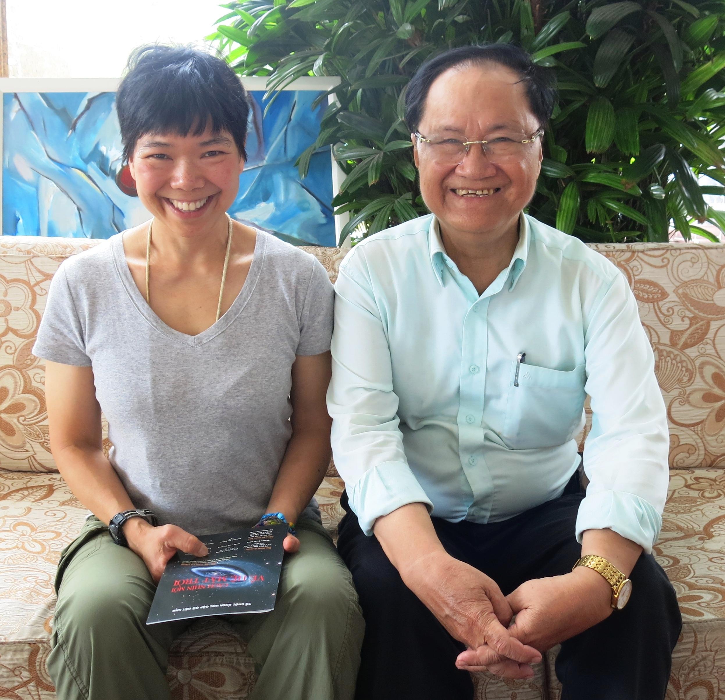 GS.TS. Lưu Lệ Hằng chụp ảnh cùng nhà báo khoa học Hàm Châu